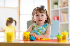 Творческие способности детей Дети ваяя от глины или от пластилина и крася в детском саде Стоковое Изображение RF