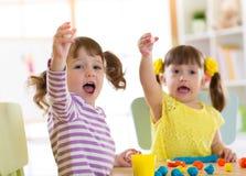Творческие способности детей Дети ваяя от глины Милые мальчики отливают в форму от пластилина на таблице в питомнике Стоковые Фото