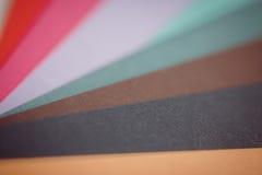 Творческие способности: листы пестротканой плотной бумаги получать вне вентилятором стоковые изображения