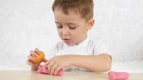 Творческие способности ` s детей Ребенок с удовольствием формирует формы от испытания цвета по таблица на белой предпосылке мило видеоматериал