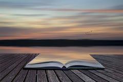 Творческие страницы принципиальной схемы ландшафта VI захода солнца конспекта нерезкости книги Стоковое фото RF