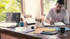 Творческие люди дизайна развивают идеи и компьтер-книжку смотреть сток-видео
