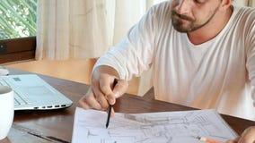Творческие люди дизайна развивают идеи и компьтер-книжку смотреть акции видеоматериалы