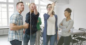Творческие люди работая совместно видеоматериал