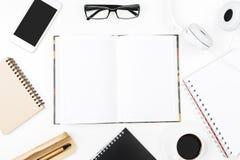 Творческий белый стол с пустым smartphone Стоковая Фотография RF