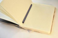Творческий блокнот с голубой ручкой Стоковые Изображения RF