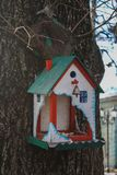 Творческий деревянный фидер птицы в парке Стоковые Фотографии RF