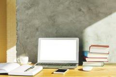 Творческий дизайнерский стол с белой компьтер-книжкой Стоковое Изображение