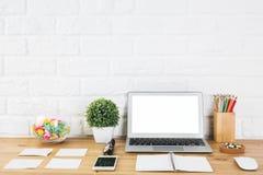 Творческий дизайнерский стол с пустой компьтер-книжкой Стоковые Изображения RF