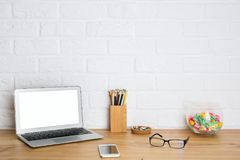 Творческий дизайнерский стол с пустым компьютером Стоковые Фото
