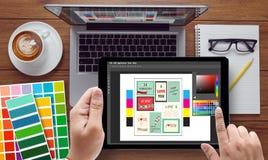 Творческий дизайнерский график-дизайнер на работе Образец образца цвета Стоковое Фото