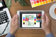 Творческий дизайнерский график-дизайнер на работе Образец образца цвета Стоковые Фото
