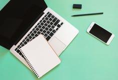 Творческий дизайн положения квартиры стола места для работы с компьтер-книжкой Стоковые Фото
