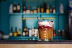 Творческий коктеиль в предпосылке бара ночного клуба Стоковое Изображение RF