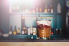 Творческий коктеиль в предпосылке бара ночного клуба Стоковая Фотография RF
