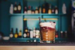 Творческий коктеиль в предпосылке бара ночного клуба Стоковое фото RF