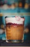 Творческий коктеиль в предпосылке бара ночного клуба Стоковое Изображение