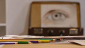 Творческий красивый художник красит красочное изображение Крупный план процесса картины в позитве художественной мастерской творч сток-видео