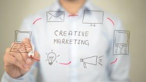 Творческий маркетинг, сочинительство человека на прозрачном экране Стоковая Фотография