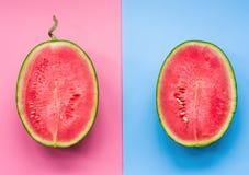 Творческий план плодоовощ половины арбуза на розовой и голубой предпосылке Стоковые Изображения