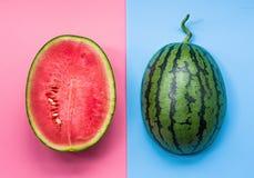 Творческий план плодоовощ половины арбуза на розовой и голубой предпосылке Стоковое Изображение RF