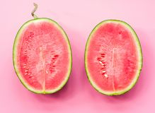 Творческий план плодоовощ половины арбуза на розовой предпосылке Стоковое Фото