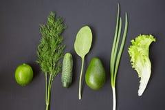 Творческий план сделанный из известки, авокадоа, огурца, лука, салата, шпината и укропа Плоское положение оливка масла кухни еды  Стоковые Изображения RF