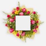 Творческий план сделанный из цветков и листьев с примечанием бумажной карточки Плоское положение Стоковые Фото