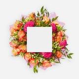 Творческий план сделанный из цветков и листьев с примечанием бумажной карточки Плоское положение Стоковая Фотография