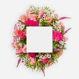 Творческий план сделанный из цветков и листьев с примечанием бумажной карточки Плоское положение Стоковое Фото