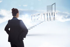 Творческий против белых шагов водя к открыть двери Стоковые Изображения