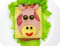Творческий сандвич еды с сосиской и сыром служил на салате Стоковое Изображение RF