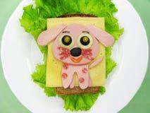 Творческий сандвич еды с сосиской и сыром служил на салате Стоковая Фотография