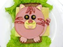 Творческий сандвич еды с сосиской и сыром служил на салате Стоковое фото RF