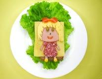 Творческий сандвич еды с сосиской и сыром служил на салате Стоковые Изображения