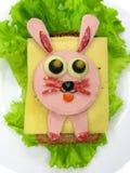 Творческий сандвич еды с сосиской и сыром служил на салате Стоковые Фотографии RF