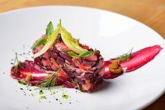 Творческий салат подачи, изысканная кухня, красные свеклы, грибы, укроп Стоковая Фотография RF