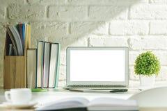 Творческий современный стол с белой компьтер-книжкой Стоковое Изображение