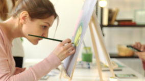 Творческий современный художник красит красочную абстрактную картину Крупный план процесса картины в художественной мастерской тв видеоматериал