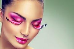 Творческий состав праздника с ложными длинными фиолетовыми ресницами Стоковая Фотография RF