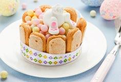 Творческий съестной подарок для детей на празднике пасхе Сладостный зайчик и Стоковые Фото