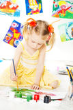 Творческий чертеж ребенка с щеткой цвета стоковая фотография rf