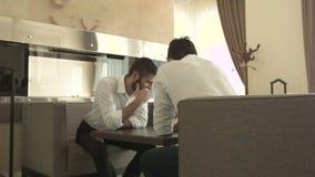 2 творческих бизнесмена на софе обсуждают бизнес-план сток-видео