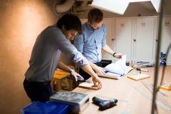 2 творческих дизайнера работая в мастерской Стоковые Изображения