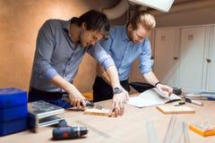 2 творческих дизайнера работая в мастерской Стоковая Фотография
