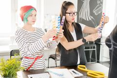 2 творческих дизайнера работая в Atelier Стоковые Изображения