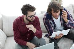 2 творческих дизайнера сети работая с таблеткой и компьтер-книжкой Стоковое Изображение RF