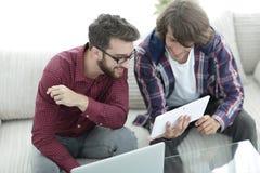 2 творческих дизайнера сети работая с таблеткой и компьтер-книжкой Стоковые Изображения RF
