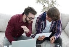 2 творческих дизайнера сети работая с таблеткой и компьтер-книжкой Стоковая Фотография