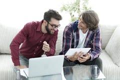 2 творческих дизайнера сети работая с таблеткой и компьтер-книжкой Стоковые Фото